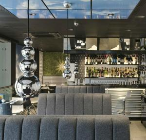 NEW-BUBBLE-at-CAU-Restaurant-St-Katherine-Docks-London-UK-1 HR-download